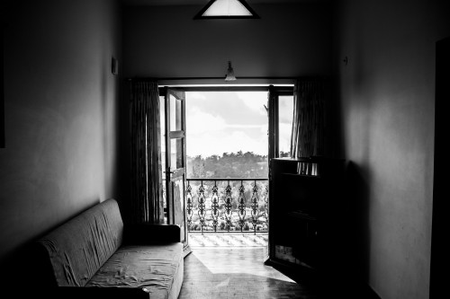 room-984076_1920 21 ways less is really more: B&W photo of small apartment sparsely furnished.