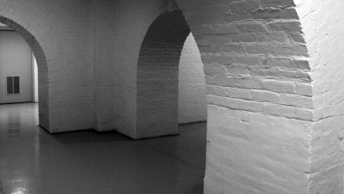 basement-20124_1280 Ten minutes a day keeps the clutter away: B&W photo of clean basement with brick arches.