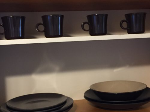 Minimalist kitchen: photo of dishes in cupboard.
